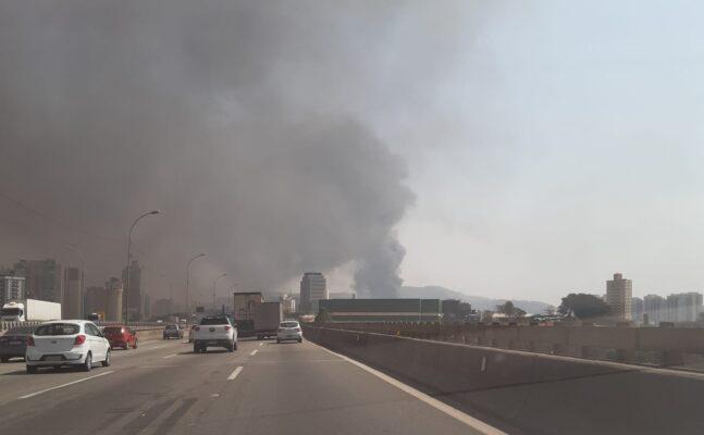 Fumaça do incêndio prejudicou os motoristas que circulavam na Castello Branco