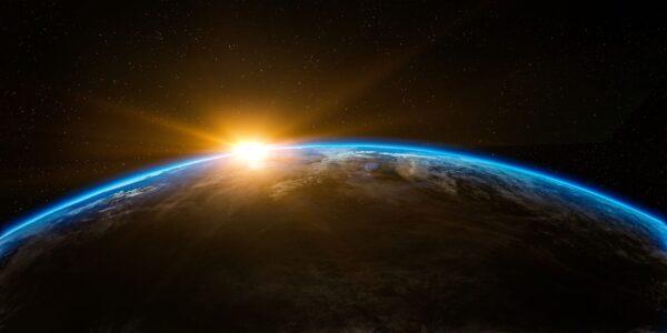 Tripulação russa faz filme pioneiro no espaço e volta à Terra após 12 dias